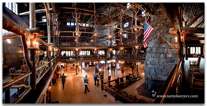 Panorama van de prachtige, houten Old Faithfull Lodge