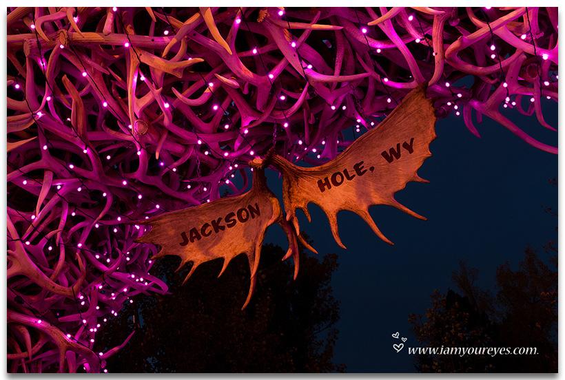 """De bekende """"Elk Antlers Arches"""" van het Jackson Hole Town Square roze verlicht voor Pink Ribbon"""