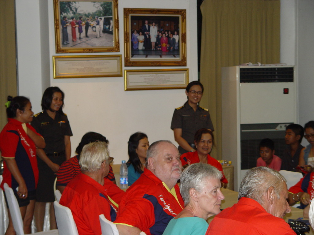Besuch durch die Leiterin der Immigration Phitsanulok mit Stellvertreterin