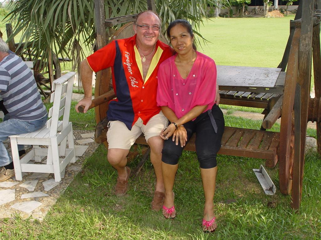 Festausschussmitglied Peter Lopers mit Frau Benyathip