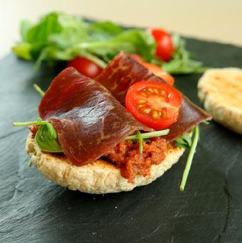 Pain équilibré maison sa sauce tomates-légumes et sa tranche de grison - un plat équilibré sympa