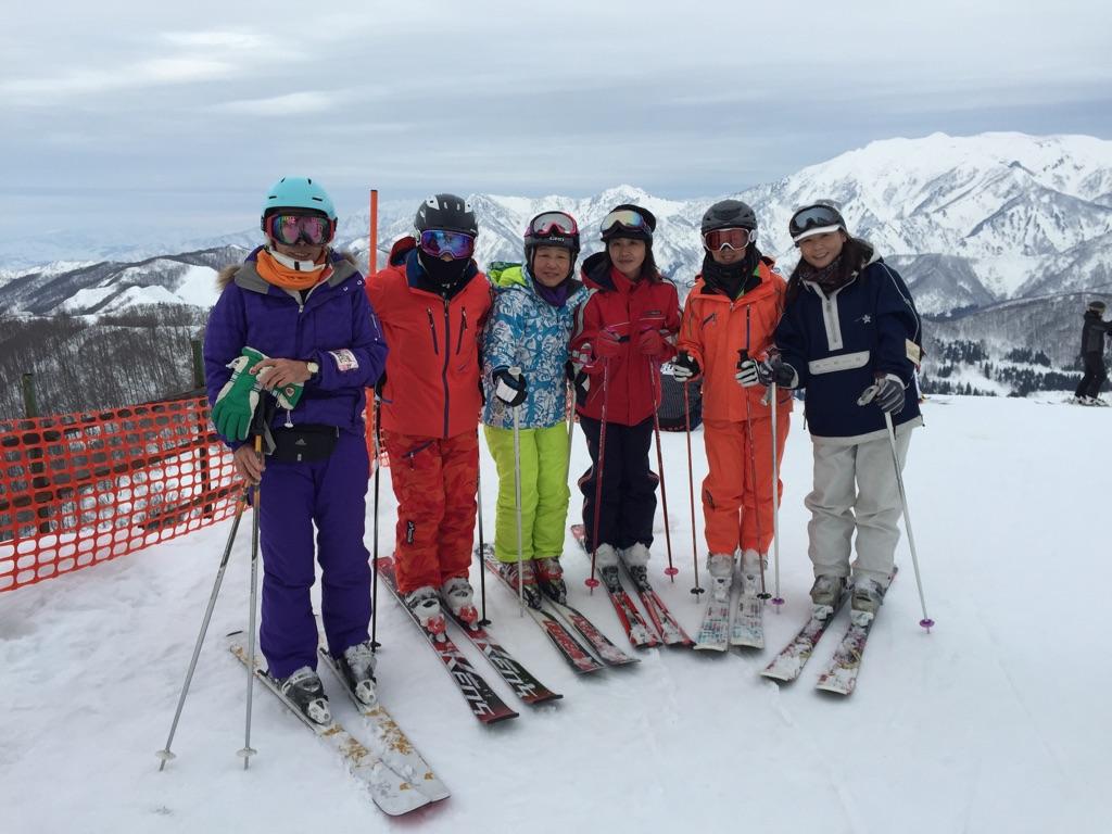 全く誰か判別できませんが、フタミ女子スキー部の美女6人組