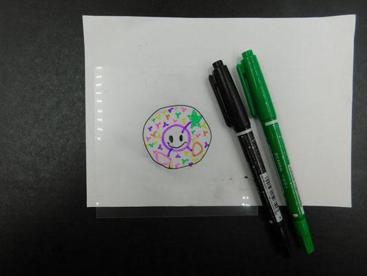 油性ペンのマッキー(細いもの)で絵は書きます。塗るより線画の方がいいです。塗るとマジックのインキのためにレジンが固まりにくくなるような気がします。 参加者の方が、ぬりぬりしていたら、「線の方がいいかも」って、伝えてください。塗っちゃってたらよくかわかしましょう。