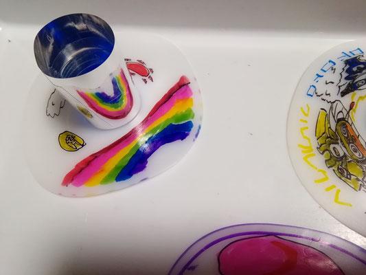 ミラーに写ったもので分かるように、実は虹を書いていました。