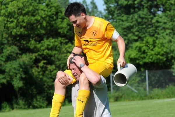 Mit Bierduschen feierte der FC Reutern den Aufstieg. Foto: Marcus Merk