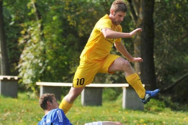 Pitt McCoy (oben) hat mit dem FC Reutern die Tabellenspitze übernommen. F.: A. Lode