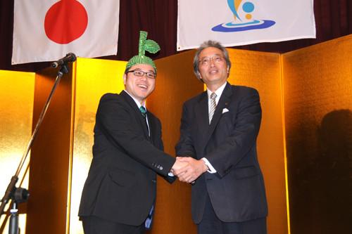 大分ローカルタレントのカボスひろしが竹田大使の任命を受ける様子