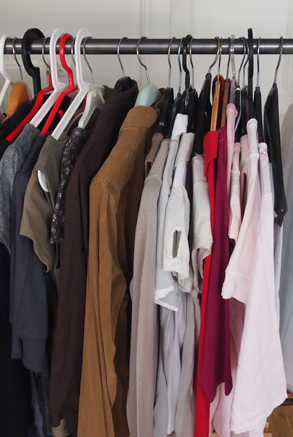 Klamotten auf Kleiderbügeln