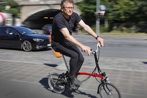 Jo Seuß, Redakteuer der Nürnbgere Nachrichten, beim Faltradvergleich