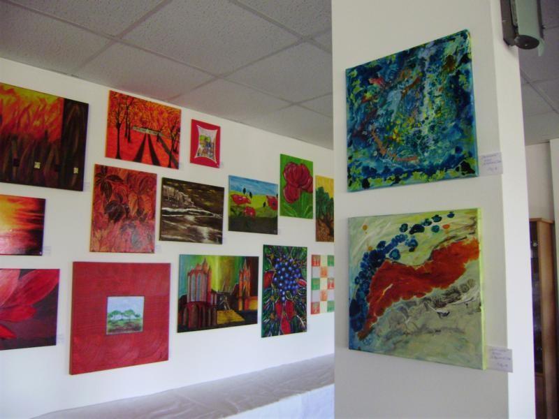 rechts zwei Bilder von mir, links Werke anderer Künstler des Kunstprojekts 2.13