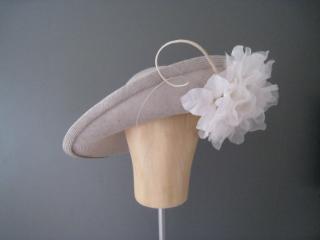 großer Hut für die Hochzeit mit Blüte