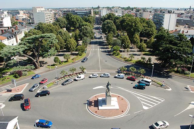 la statue du Maréchal au début des allées Foch à Tarbes, devant le Quartier Foch