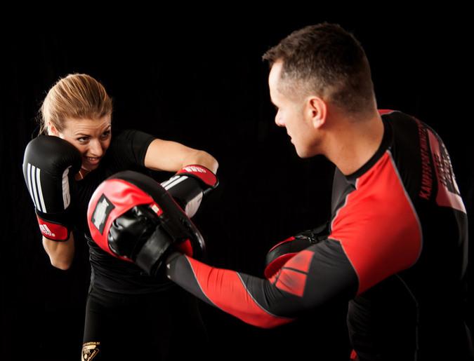 ボクシングをする女性