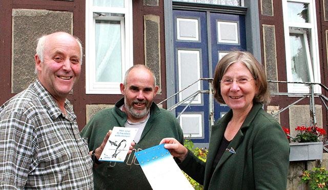Landwirt Bodo Michaelis, Mitarbeiter Jörg Müller und Cornelia Schilling bei der Übergabe von Urkunde und Plakette.