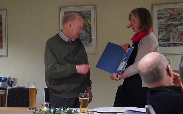 Horst Ehlers bekommt die, von Dr. Holger Buschmann unterzeichnete, Urkunde für seine Ehrenmitgliedschaft überreicht.