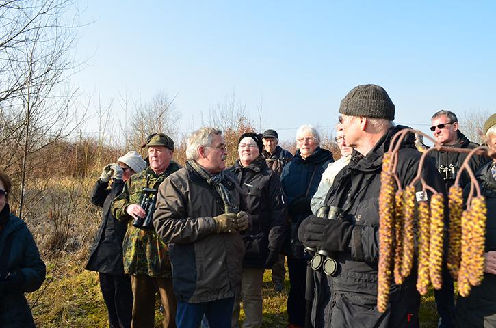 Rolf Reichelt führt souverän und lehrreich um den Kiesteich.