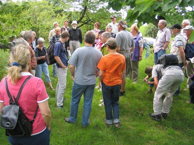 Gespannt lauschen die Zuhörer den Erklärungen von Olaf Dalchow (BUND) zum Lebensraumtyp Streuobstwiese sowie zu den Versuchen, den Steinkauz im Ösel wieder heimisch zu machen.