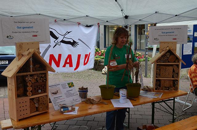 Andrea Onkes am Stand mit den unterschiedlichen Insektenhotels