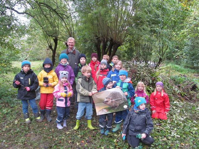 Bau einer Igelburg, Die Kinder mit dem Waldpädagogen Dirk Nitsche