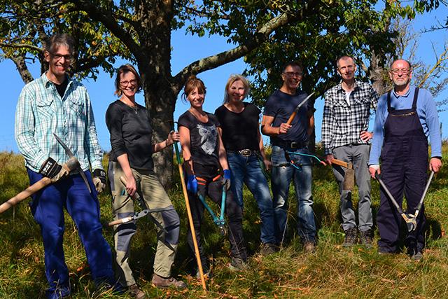 Die ehrenamtlich tätigen Mitglieder der Biotopschutzgruppe des NABU Wolfenbüttel auf der Streuobstwiese Kirschenberg bei Hornburg/Cornelia Schilling