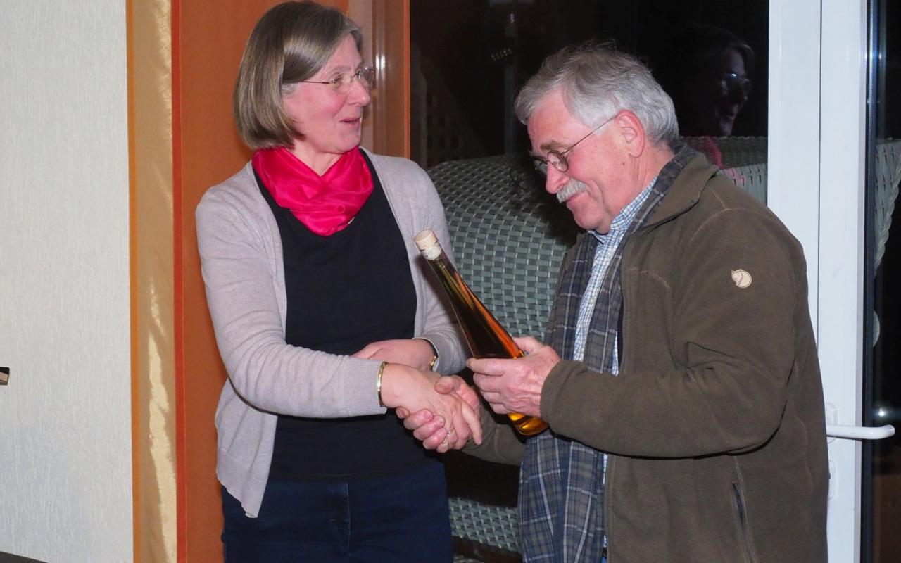 Rolf Reichelt begutachtet das Etikett von seiner Flasche ganz genau.