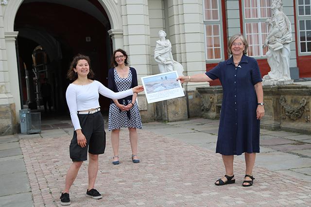 Urkundenübergabe. Von links: Yasmin Streckrodt, Sonja Scheinhütte, Cornelia Schilling.