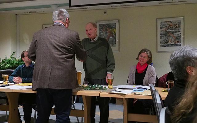 Der langjährige Weggefährte und Ornithologe Jürgen Heuer dankt Horst Ehlers, nachdem er die Laudatio für ihn gehalten hat.