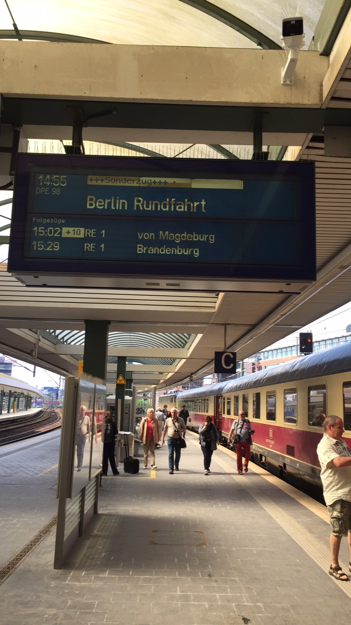 Der Zugzielanzeiger kündigt die an diesem Tag dritte Rundfahrt mit dem Rheingold an.