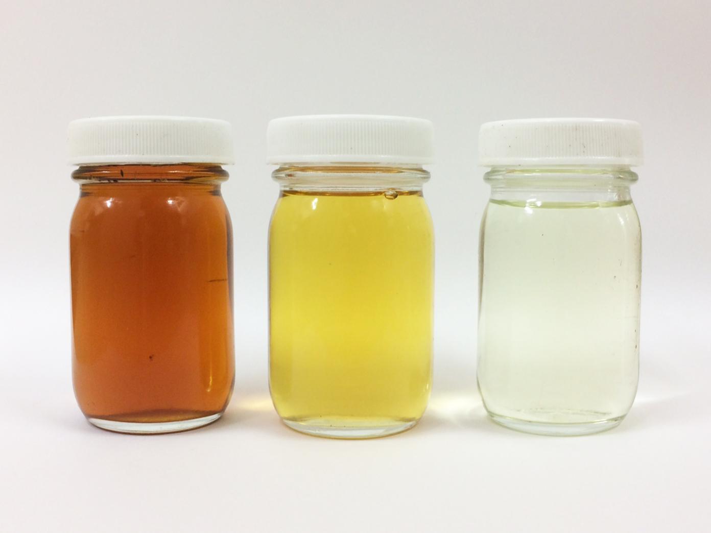 左から原料廃食用油 精製前燃料 精製後燃料