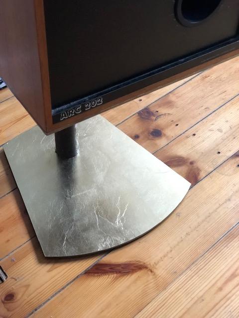 Boxenständer (5mm Stahl gelasert; Blattgold; 2019)