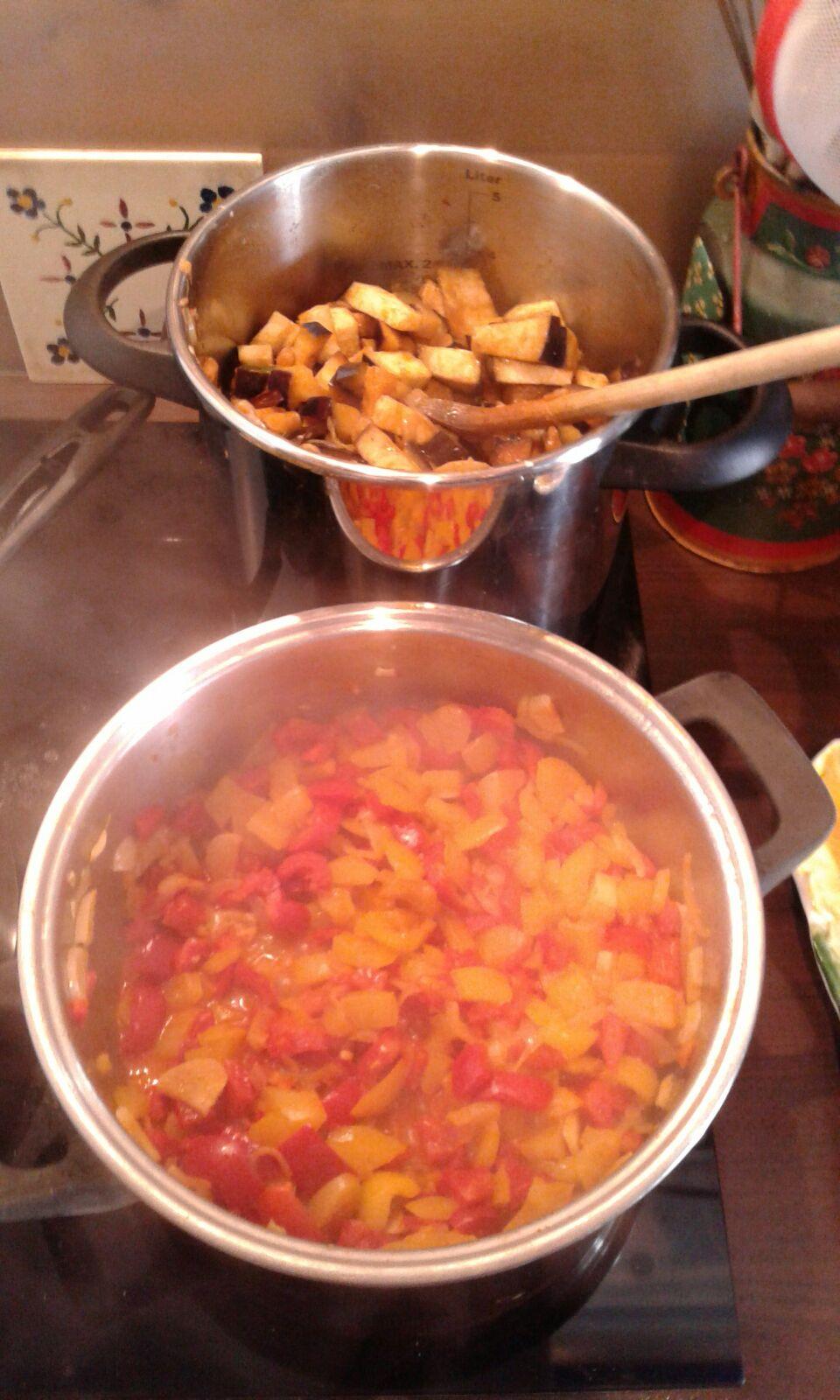 Kiloweise feines Gemüse geschnippelt und verkocht für die vegetarische Speise, dem Gemüsestrudel!
