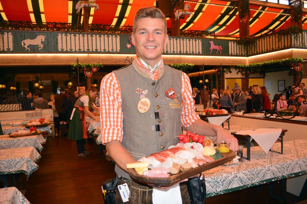 """""""Fesch sans die Kellner vom Marstallzelt!"""". Servierte gerade eine Brotzeit mir Halleiner Bierspezialitäten."""