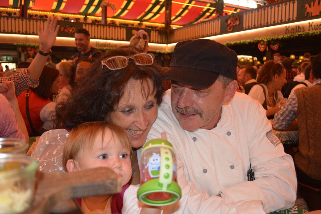 Küchenchef der Fa. Able und Verantwortlicher der Küche im Marstallzelt, Hubert Kayr. Mit dabei auch meine Enkelin Amelie, die mit ihrem Flaschi anprostete.
