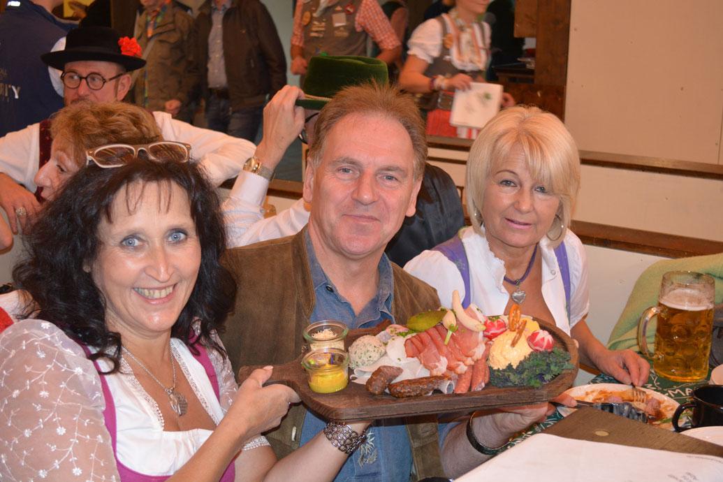 Mit dabei auch mein lieber Flesichermeister Franz Schuster mit Gattin Renate. Wie man sehen kann, sind wir sehr stolz