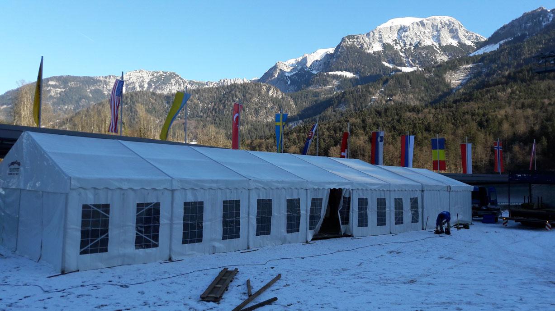 Zelt mit traumhafter Bergkulisse im Hintergrund...