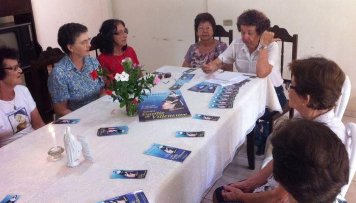Leigos missionários de Nova Venécia rezam o terço nas famílias