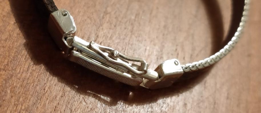 Zilveren horloge voorzien van extra veiligheidsslotje