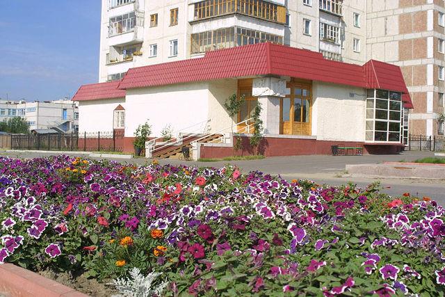 Клумбы перед зданием городского музея.