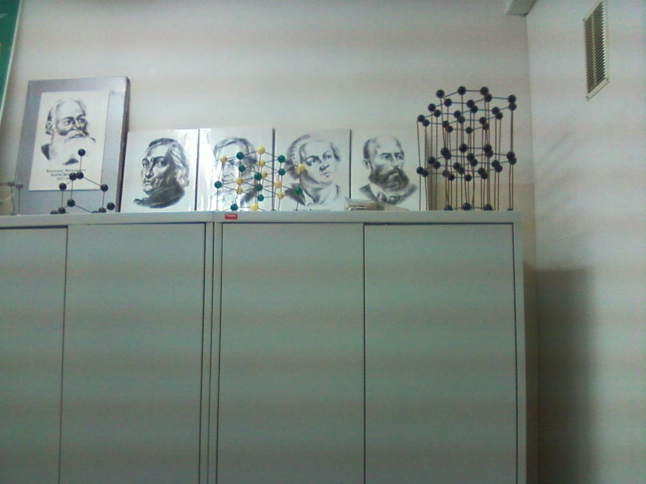 Задняя стена лаборатории. Шкафы для реактивов