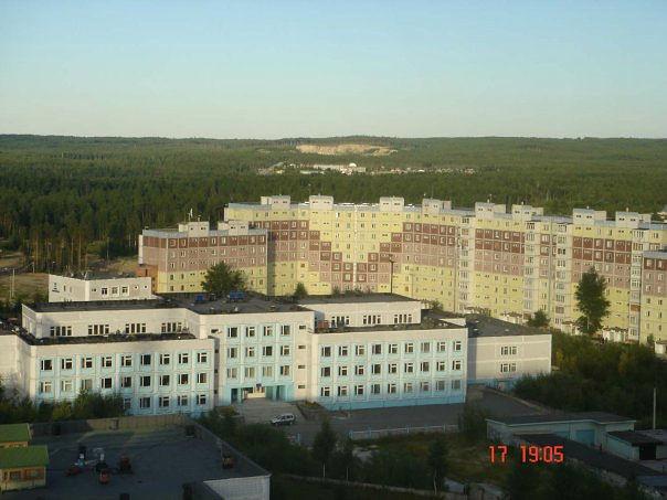 Здание школы, освещённое солнцем
