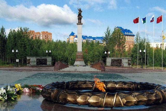 Вечный огонь на городской площади.