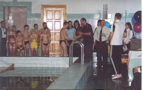 В школьном бассейне