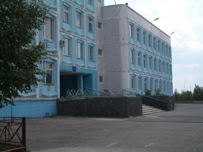 Здание школы слева от лестницы