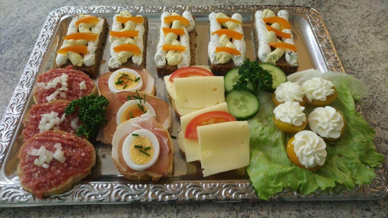 Platte mit Aufschnitt, Mett, selbstgemachten Frischkäse und gefüllte Aprikosen