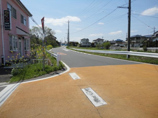坂を上ると、桜南小学校、並木方面。
