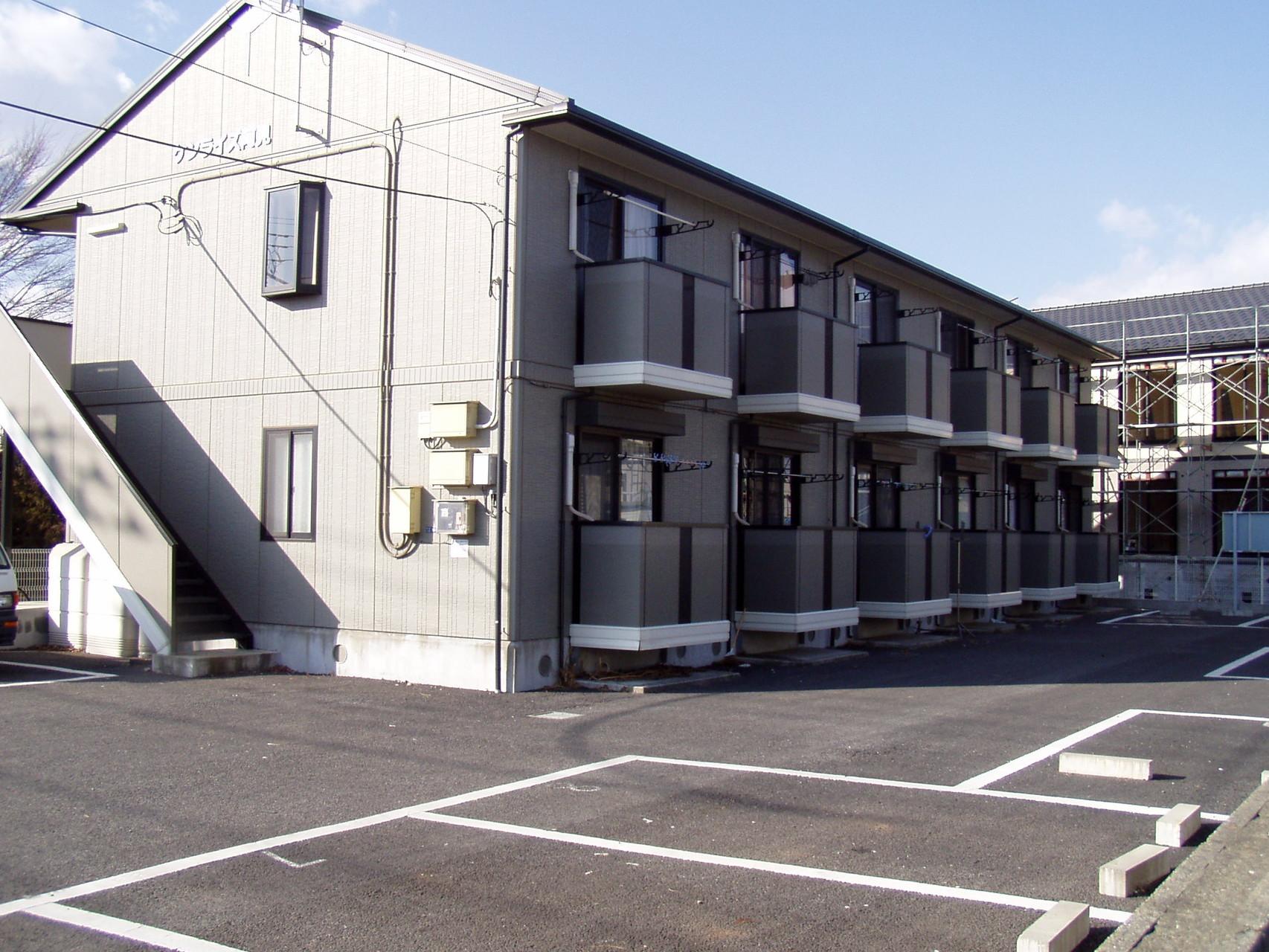 建物外観と駐車場