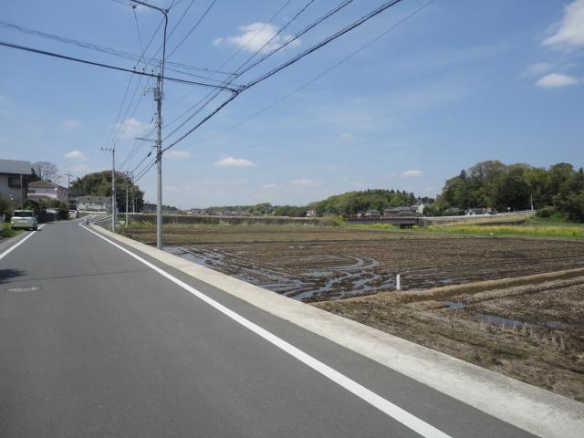 物件前の道路。長閑な田園風景が広がっています。