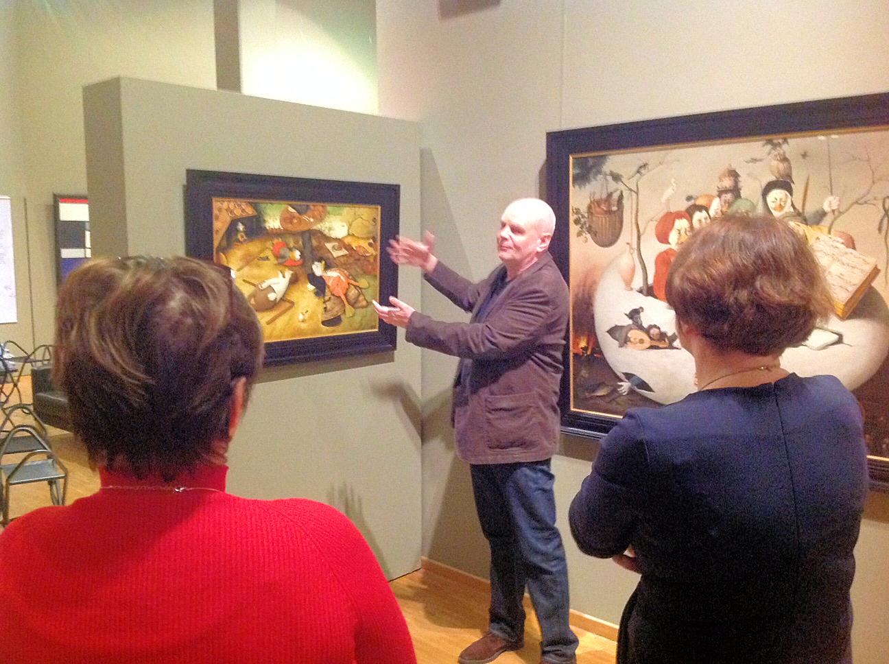 Ommo Wille beim Erklären seiner Bilder