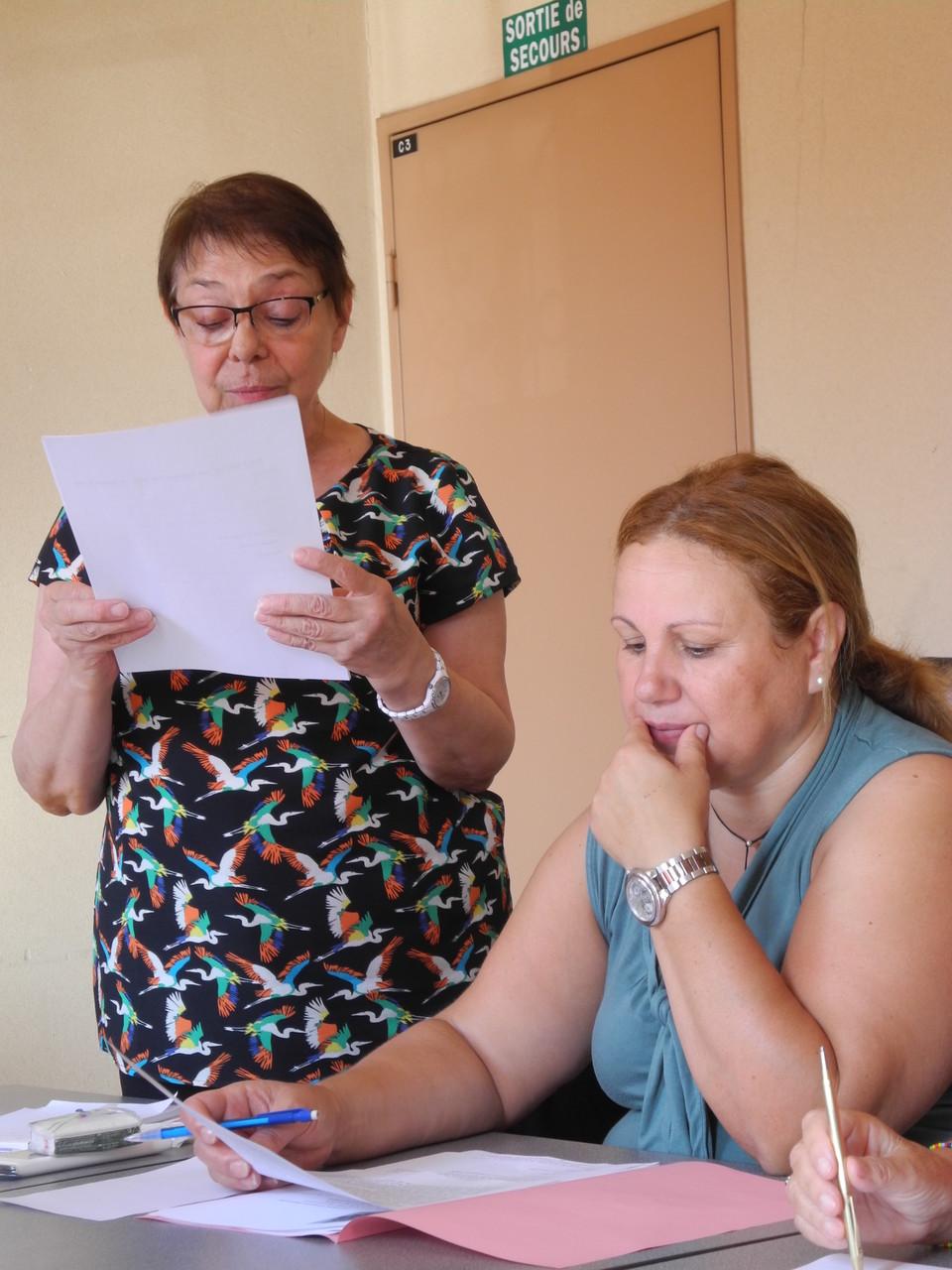 Mireille, secrétaire lit le rapport moral