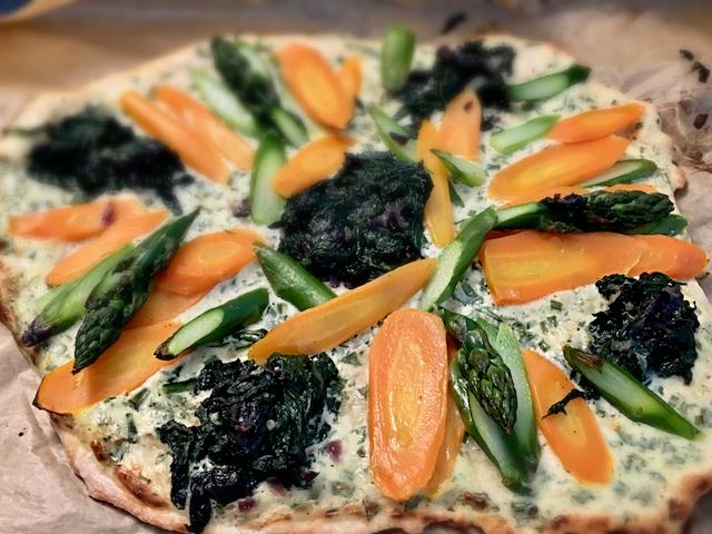 Pizza mit Spinat, Möhren & grünem Spargel